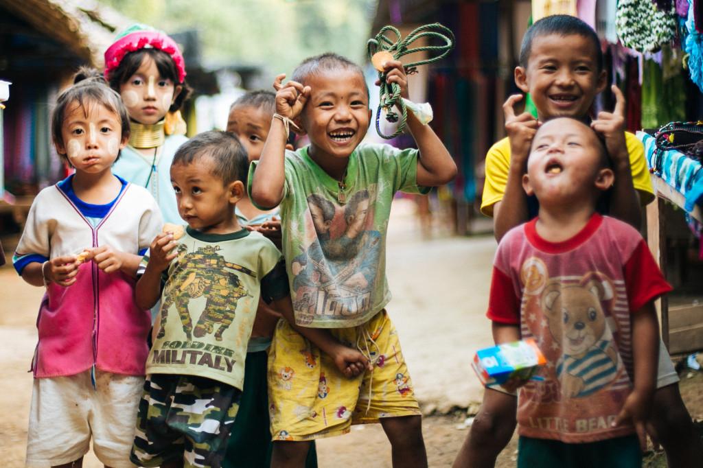 Помощь детям длинношеих женщин Карен на севере Таиланда